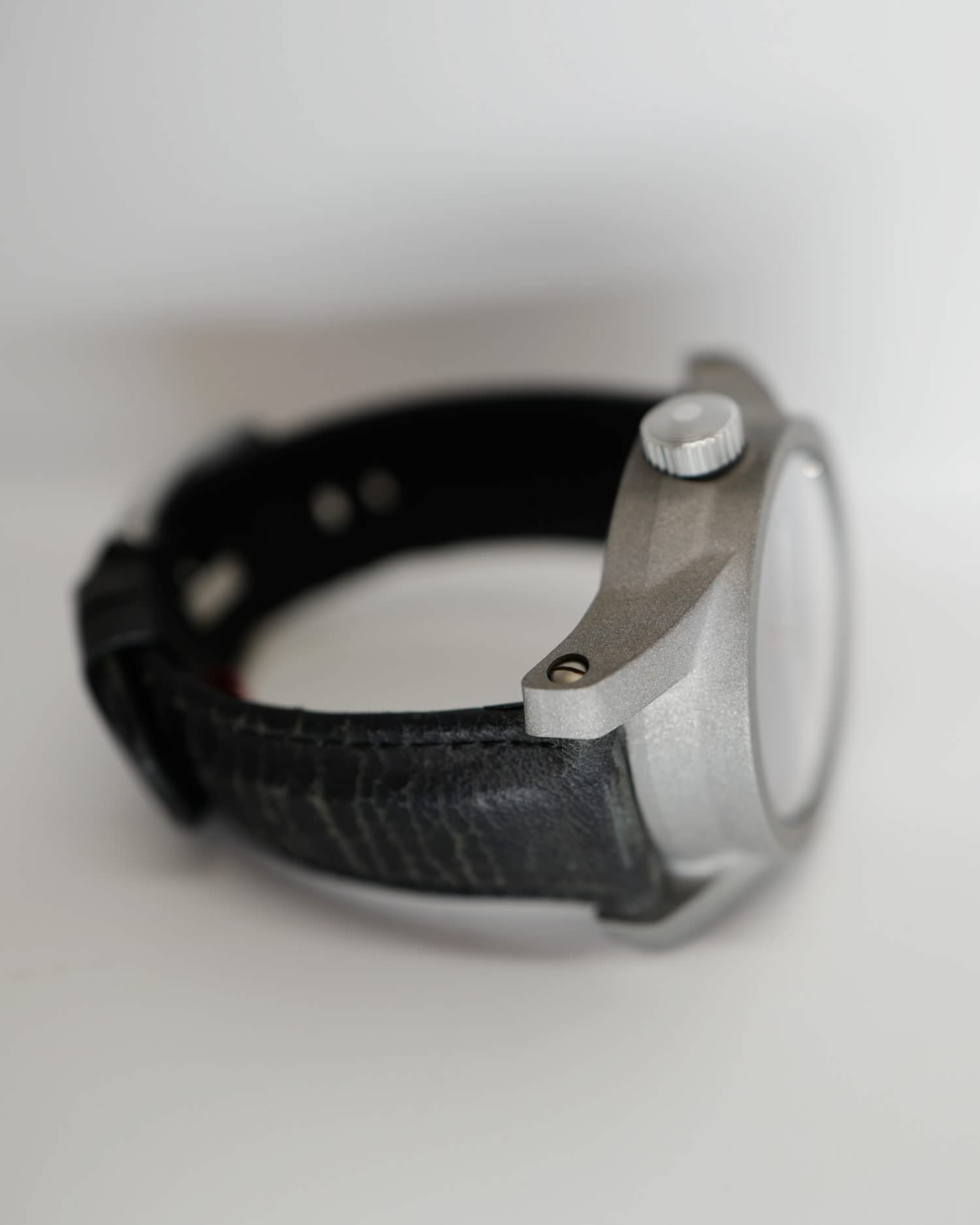 Beater Bare Bones dark grey dial with Tigerloaf Strap